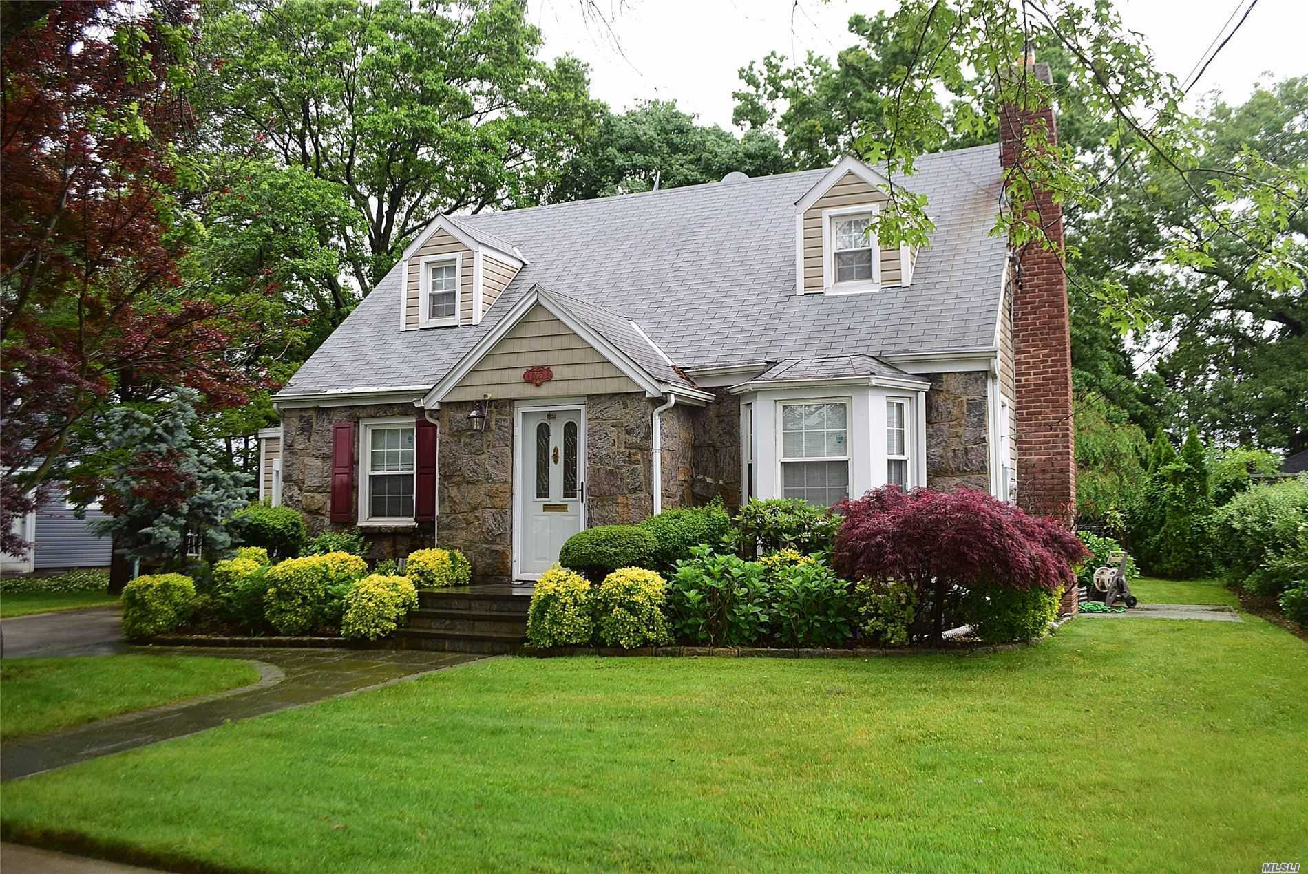 Residential For Sale in 205 Lafayette St, Williston Park, NY ,11596