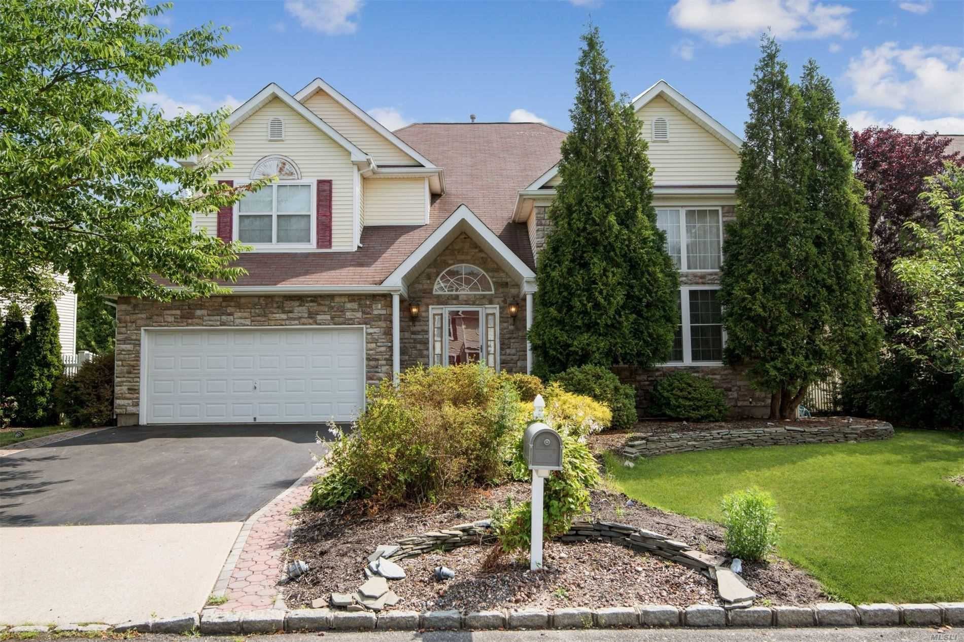 Residential For Sale in 21 Blueberry Ridge Dr, Holtsville, NY ,11742