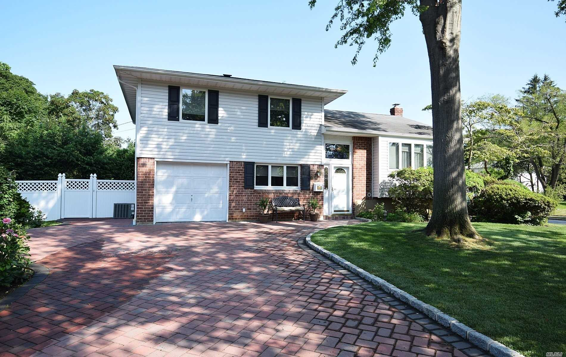 Residential For Sale in 67 Crescent Dr, Old Bethpage, NY ,11804