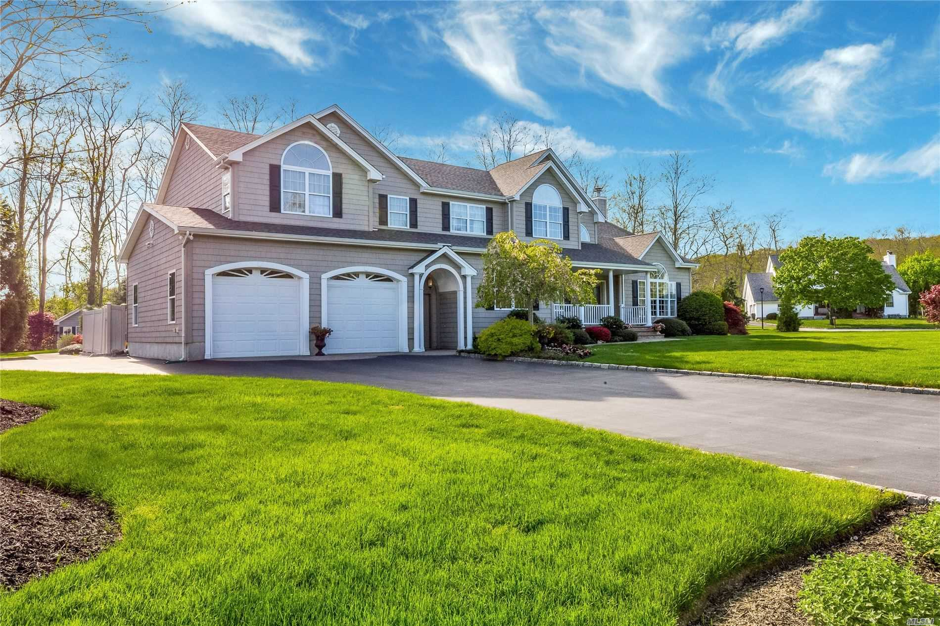 Residential For Sale in 52 Chateau Dr, Manorville, NY ,11949