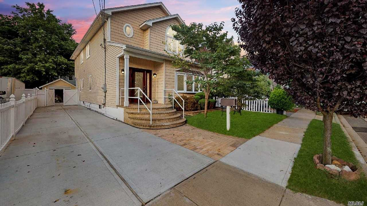 Residential For Sale in 14 Baylis Pl, Lynbrook, NY ,11563