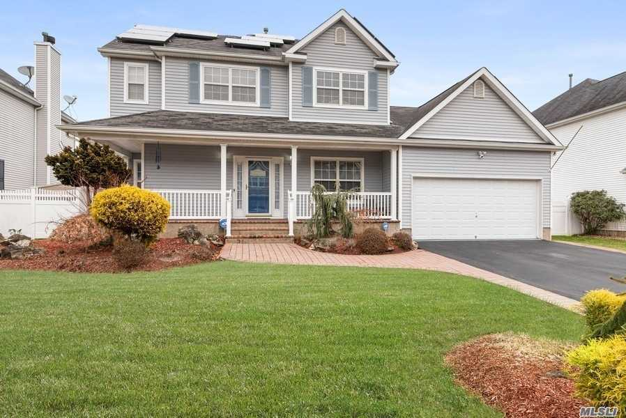 Residential For Sale in 15 Blueberry Ridge Dr, Holtsville, NY ,11742
