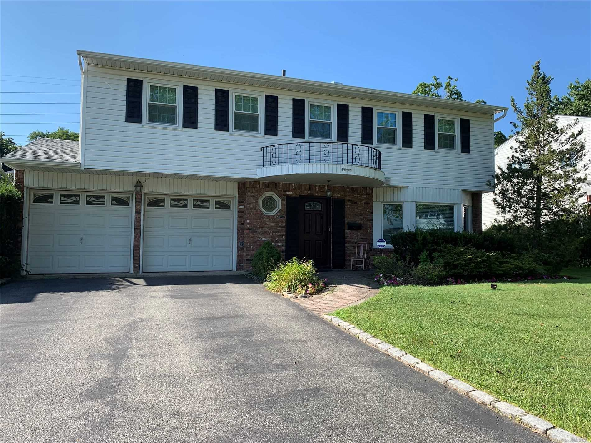 Residential For Sale in 11 Valentine Dr, Albertson, NY ,11507