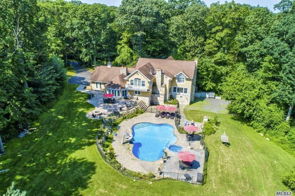 Residential For Sale in 32 Woodvale Dr, Laurel Hollow, NY ,11791