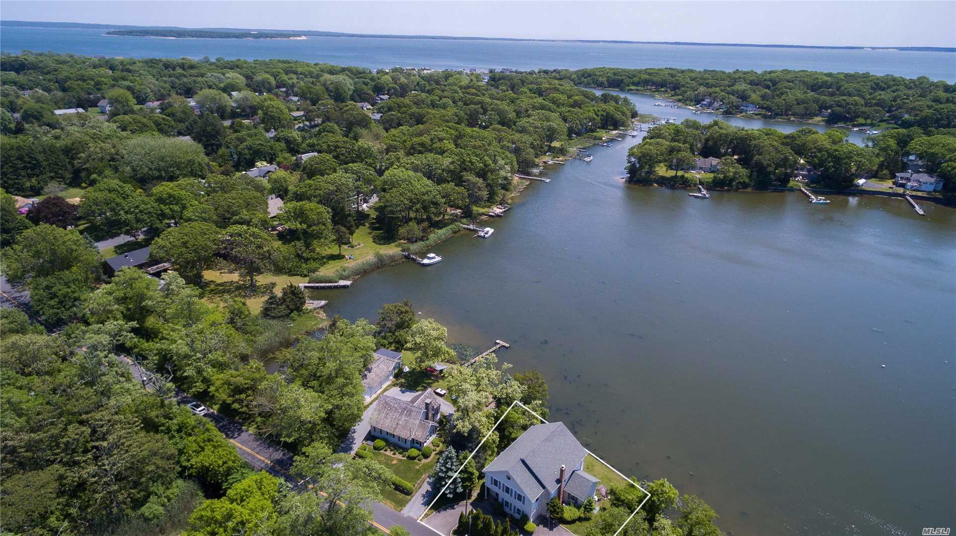 Residential For Sale in 5550 New Suffolk Ave, Mattituck, NY ,11952