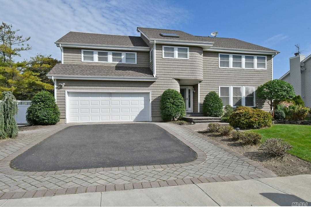 Residential For Sale in 43 Daffodil Dr, Farmingdale, NY ,11735