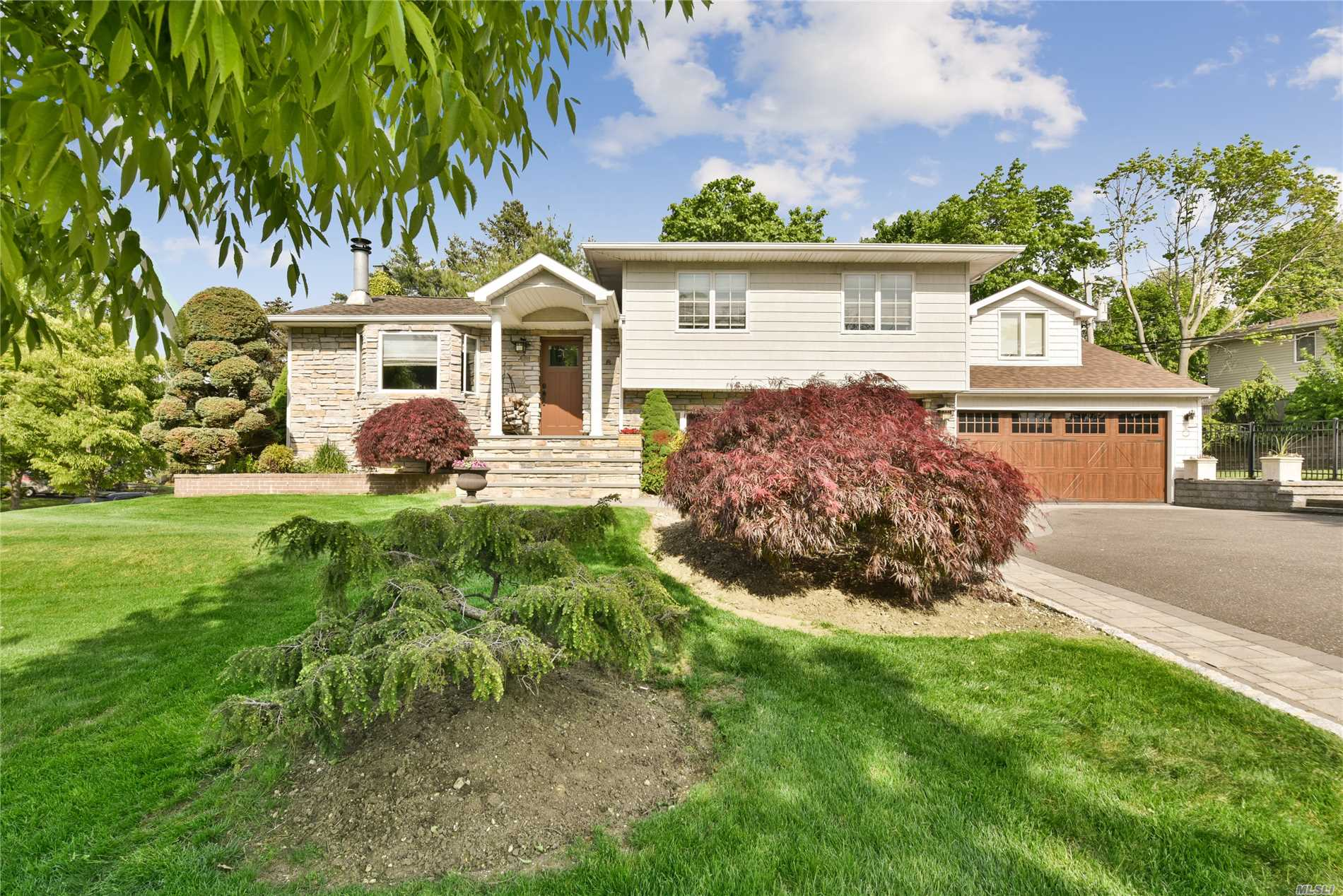 Residential For Sale in 6 Park W Dr, Old Bethpage, NY ,11804