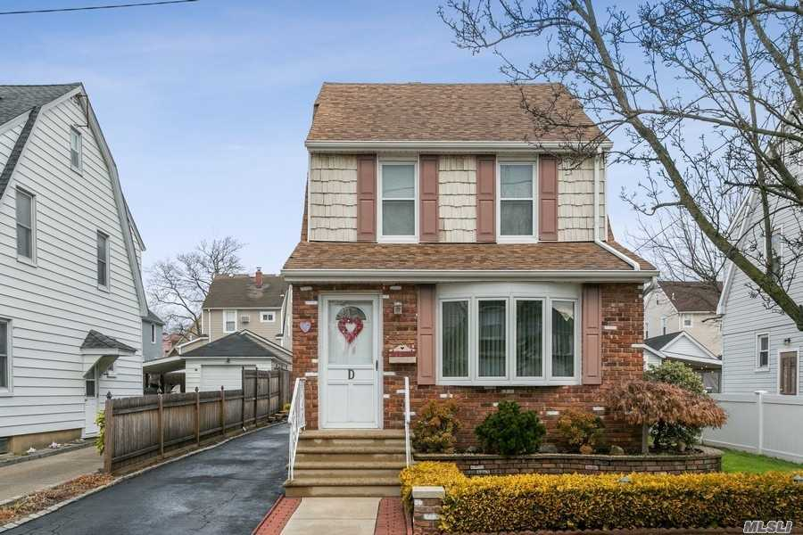 Residential For Sale in 37 Syracuse Street, Williston Park, NY ,11596