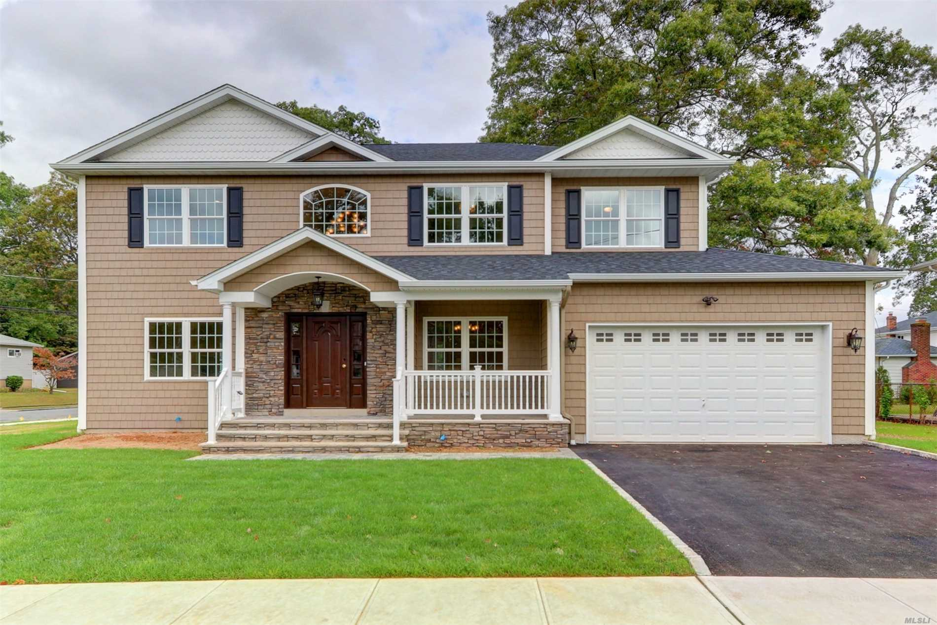 Residential For Sale in 3 Pickwick Dr, Old Bethpage, NY ,11804
