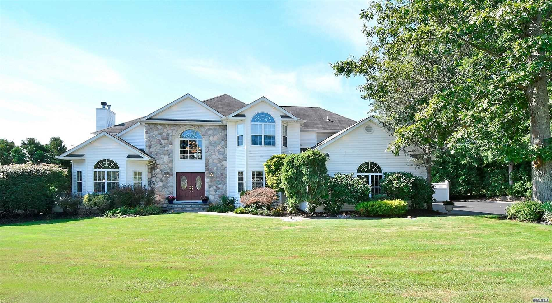 Residential For Sale in 2 Supreme Ct, Smithtown, NY ,11787