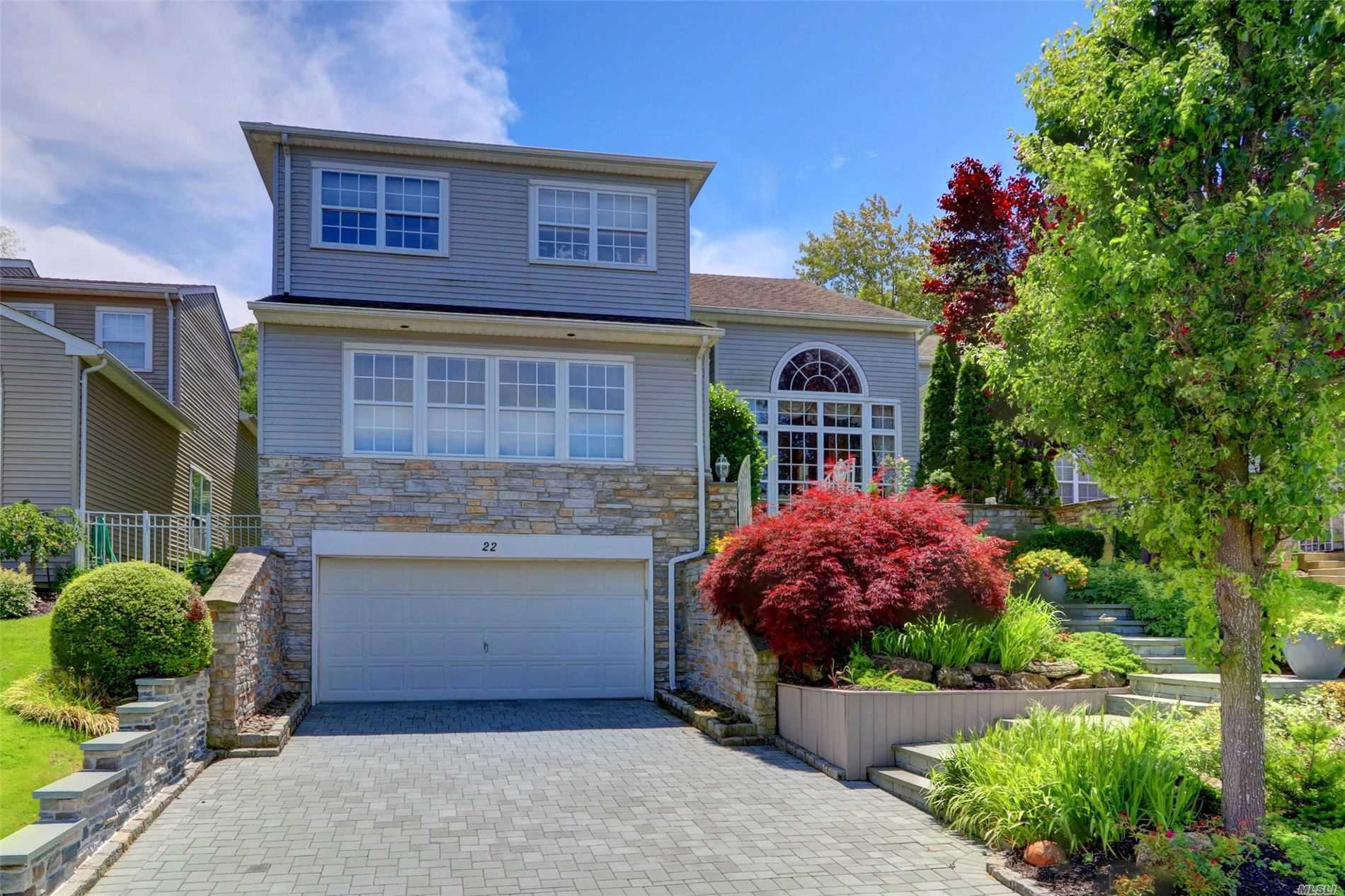 Residential For Sale in 22 Hamlet Dr, Hauppauge, NY ,11788