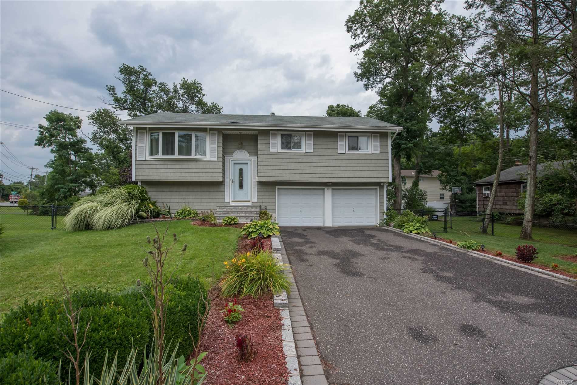 Residential For Sale in 49 Venedia Dr, Wheatley Heights, NY ,11798