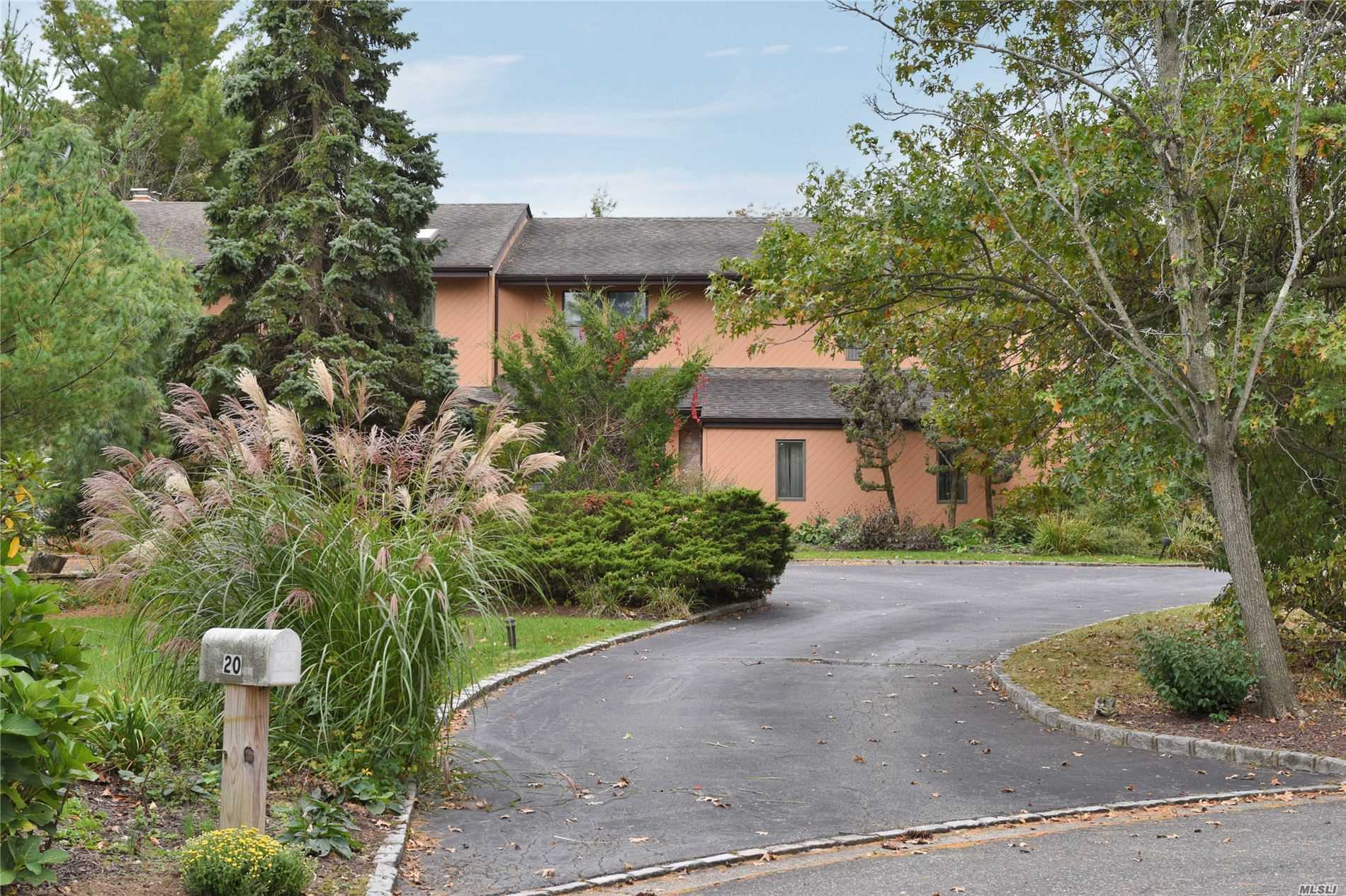 Residential For Sale in 20 Carriage Ct, Syosset, NY ,11791