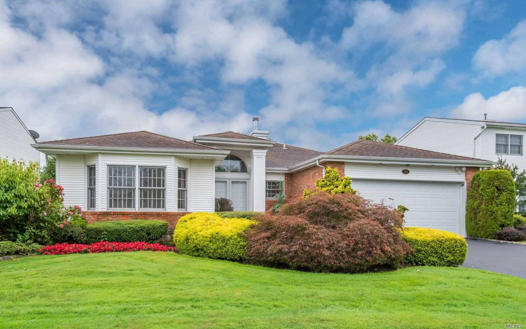 Residential For Sale in 105 Fairway View Dr, Commack, NY ,11725