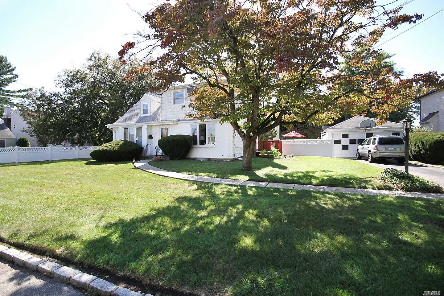 Residential For Sale in 16 Taft Pl, Albertson, NY ,11507