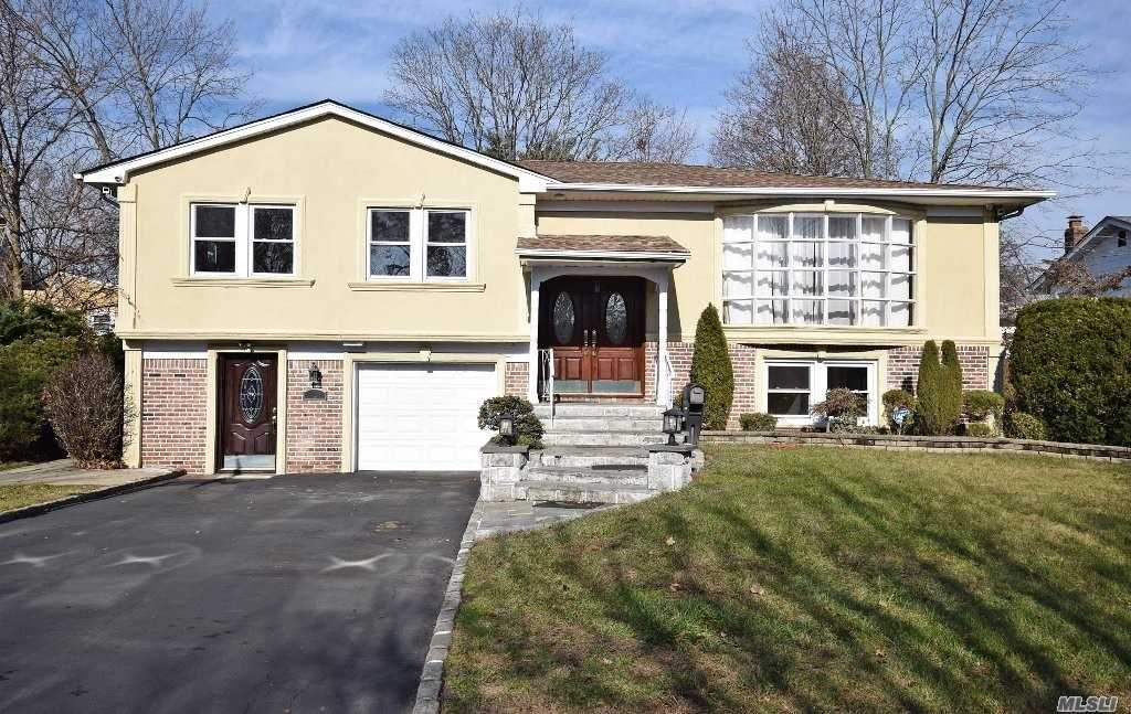 Residential For Sale in 5 Pond Ln, Manhasset Hills, NY ,11040