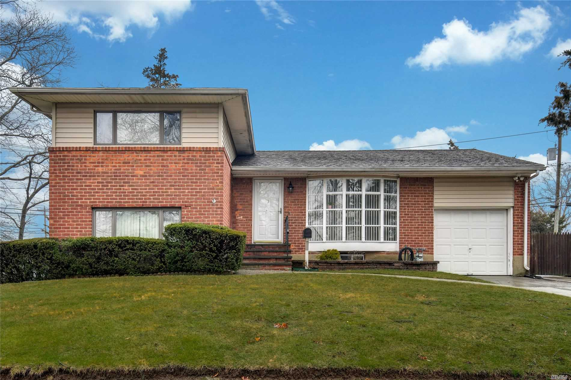 Residential For Sale in 3 Rensselaer Drive, Commack, NY ,11725