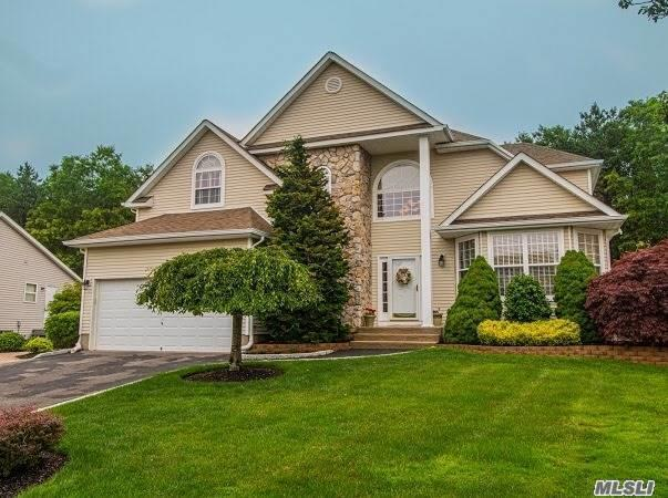 Residential For Sale in 7 Peachtree Ct, Holtsville, NY ,11742