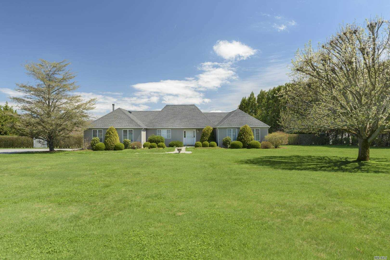 Residential For Sale in 37 Town Line Road, Wainscott, NY ,11975