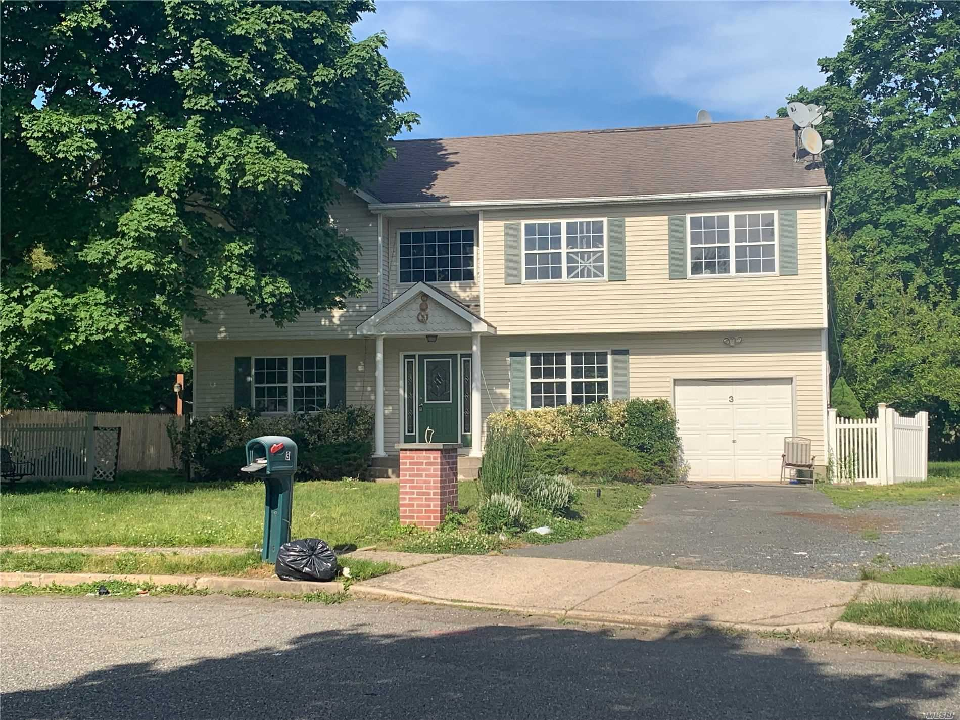 Residential For Sale in 3 Buddy Ln, Islip Terrace, NY ,11752