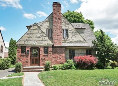Residential For Sale in 40 Grandview Cir, Manhasset, NY ,11030