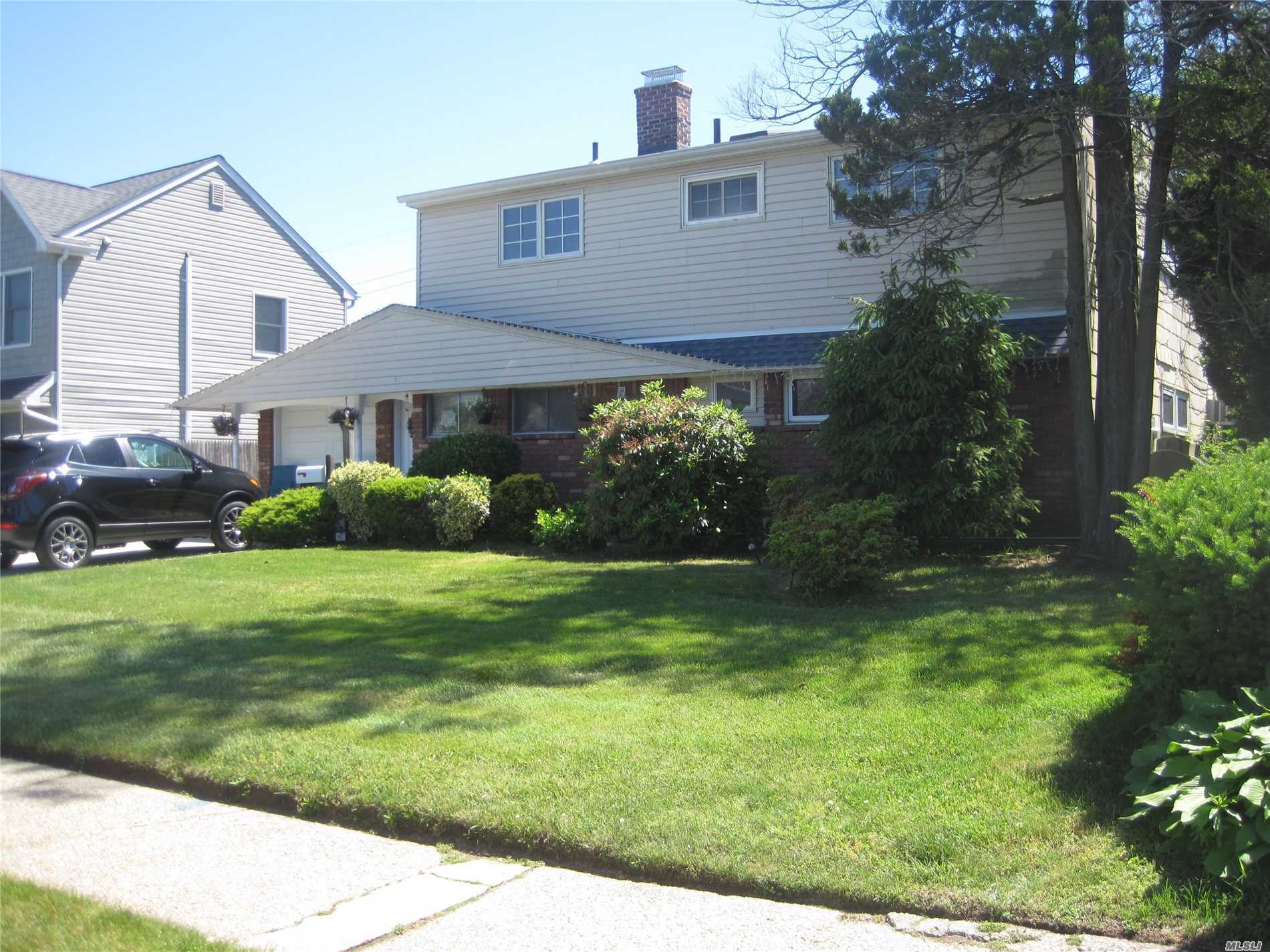 Residential For Sale in 11 Greenvale Ln, Levittown, NY ,11756