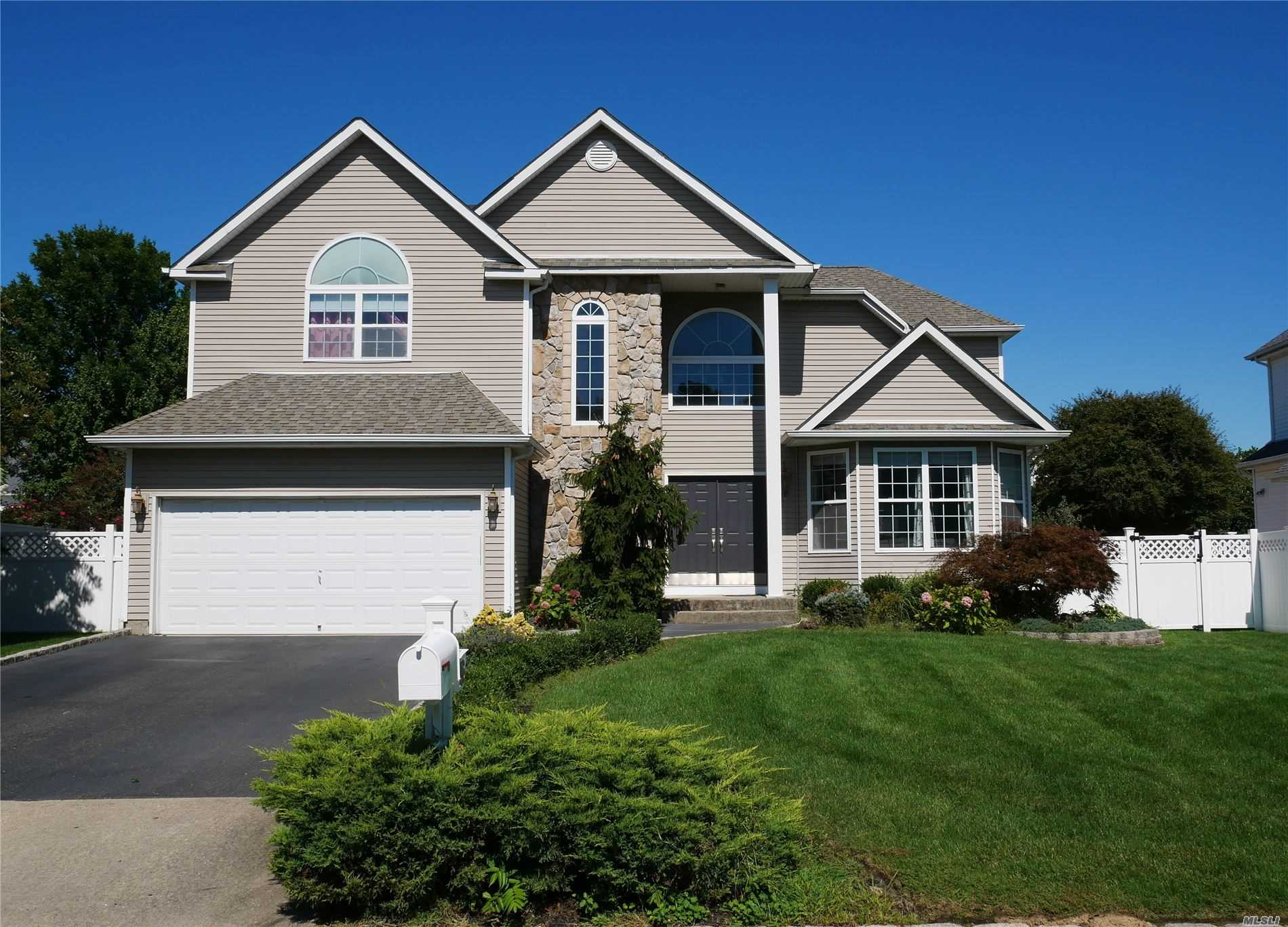 Residential For Sale in 36 Peachtree Ct, Holtsville, NY ,11742
