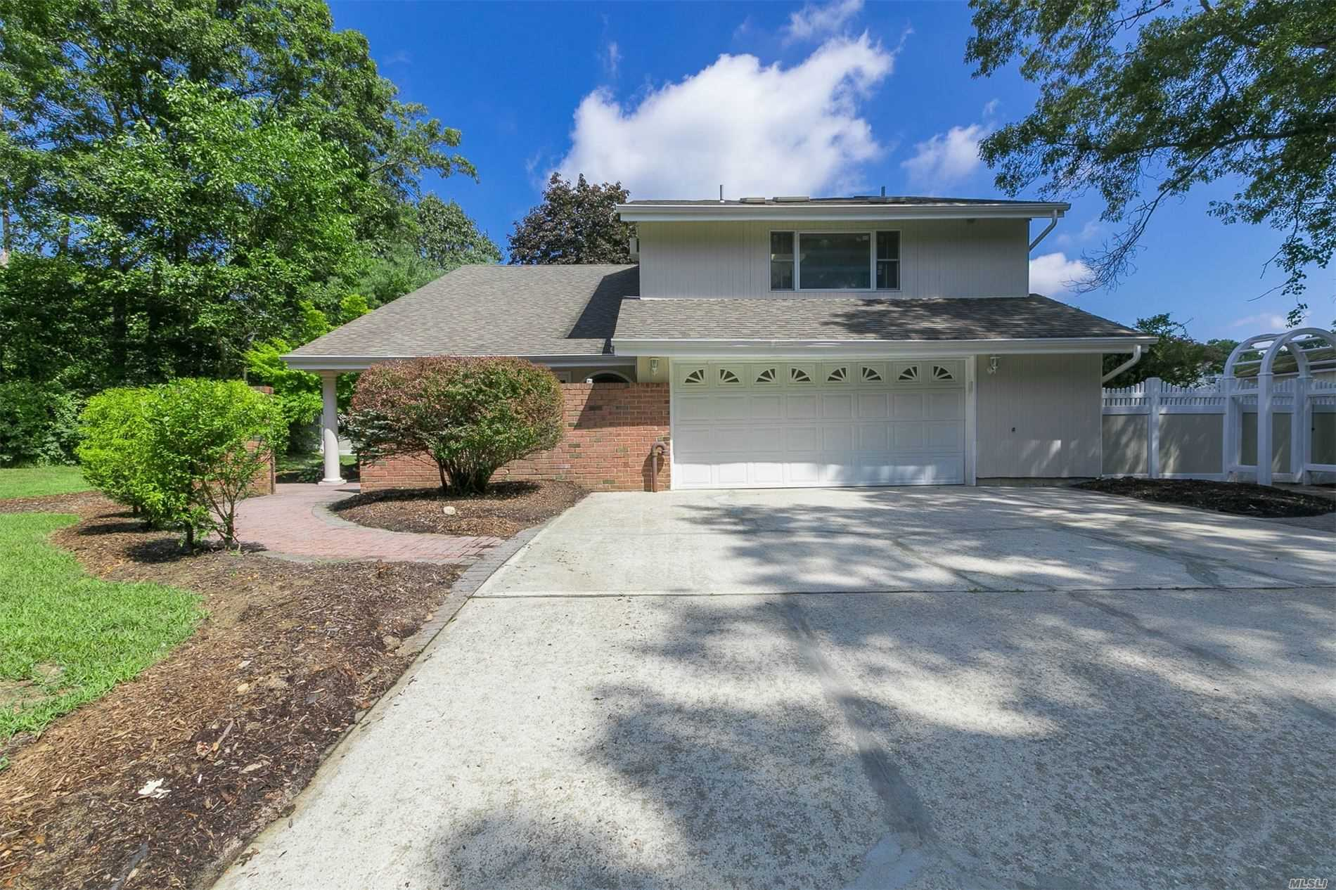 Residential For Sale in 7 Fleetwood Dr, Farmingville, NY ,11738