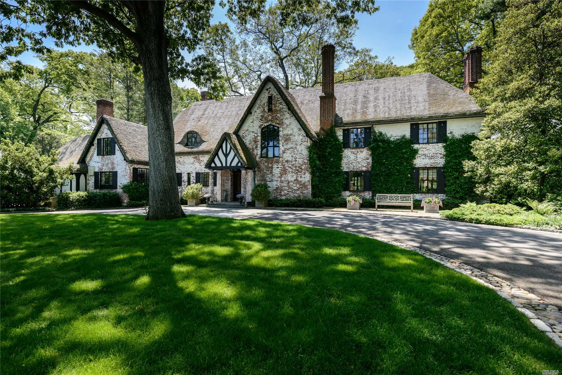 Residential For Sale in 180 Piping Rock Rd, Locust Valley, NY ,11560