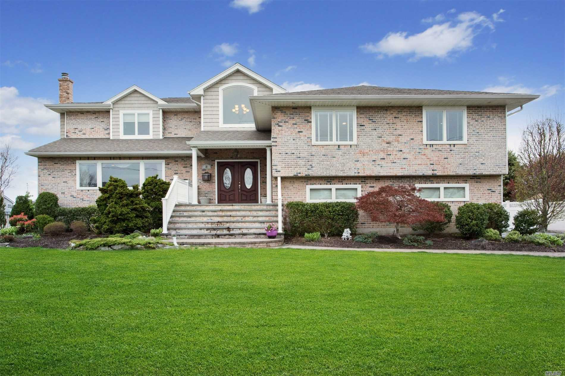 Residential For Sale in 21 Club Dr, Massapequa, NY ,11758