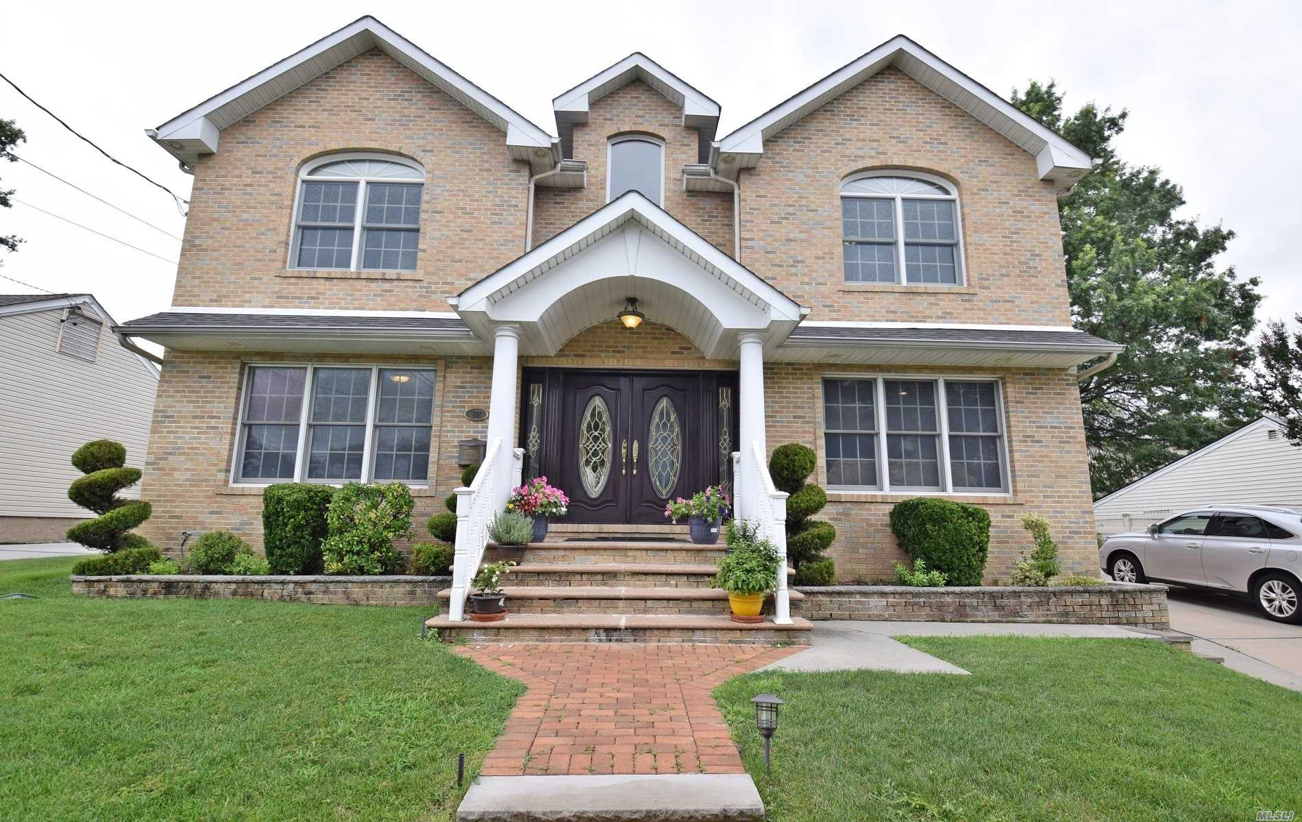 Residential For Sale in 92 Garden Dr, Albertson, NY ,11507