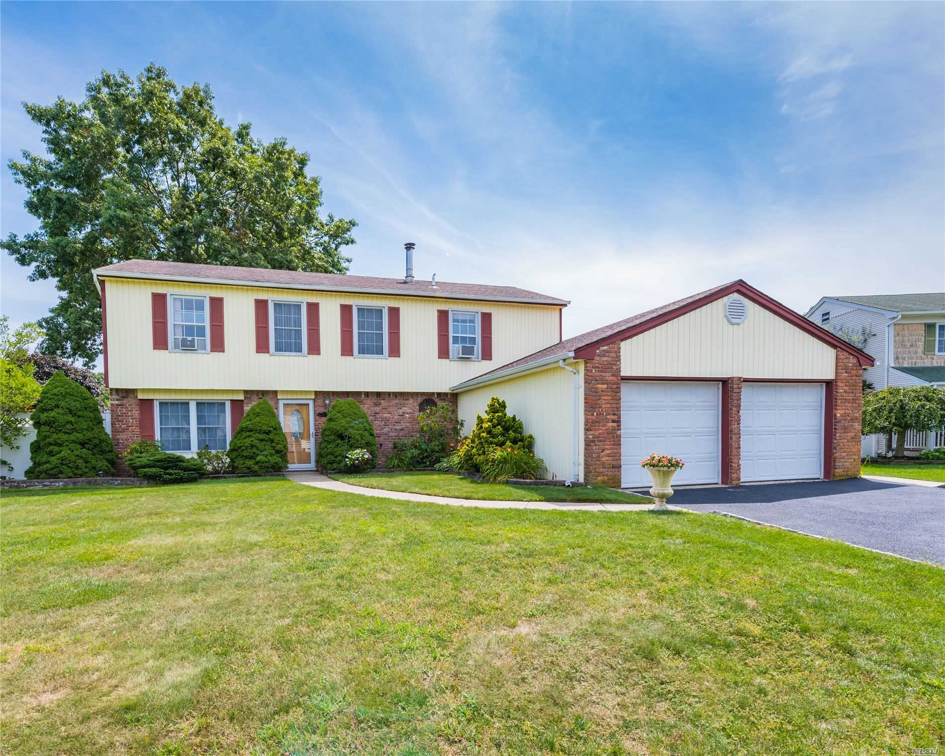Residential For Sale in 82 Joanne Dr, Holbrook, NY ,11741