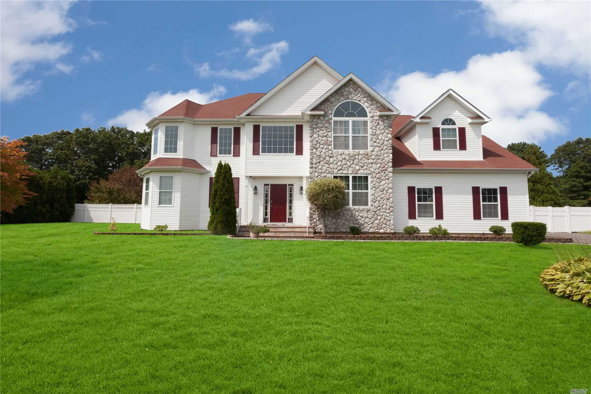 Residential For Sale in 7 Crossfield Ct, Shoreham, NY ,11786