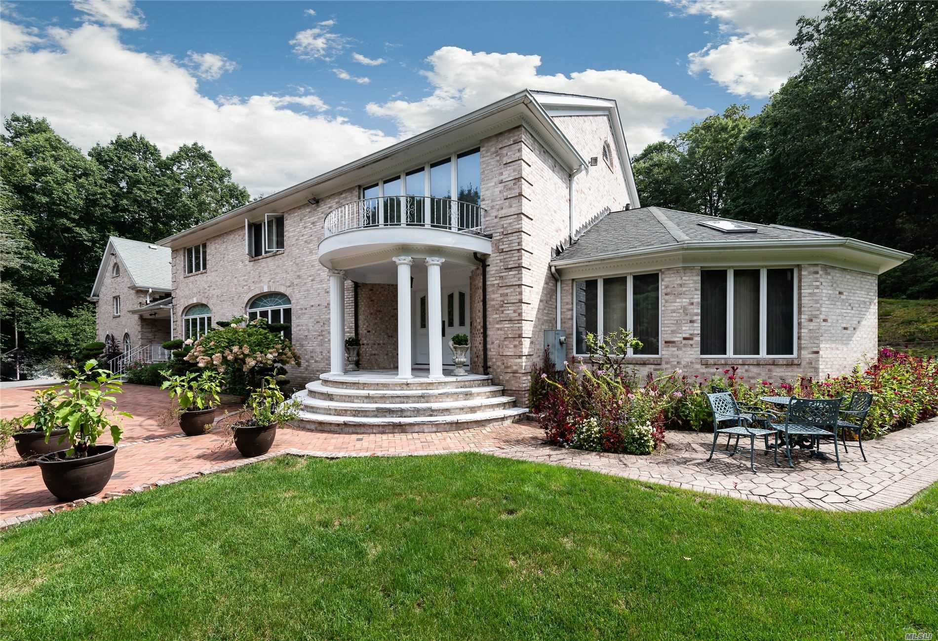 Residential For Sale in 1537 Laurel Hollow Rd, Laurel Hollow, NY ,11791