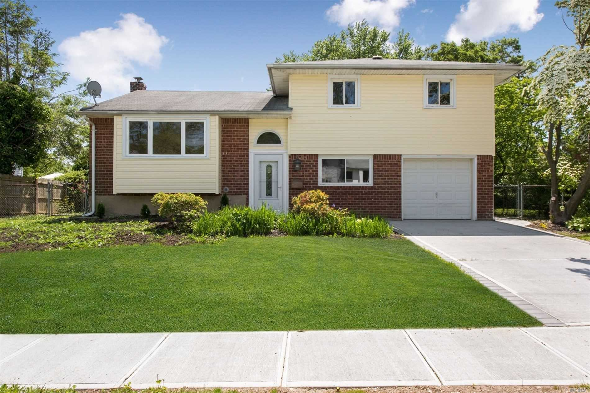 Residential For Sale in 3 Walter Ln, Old Bethpage, NY ,11804