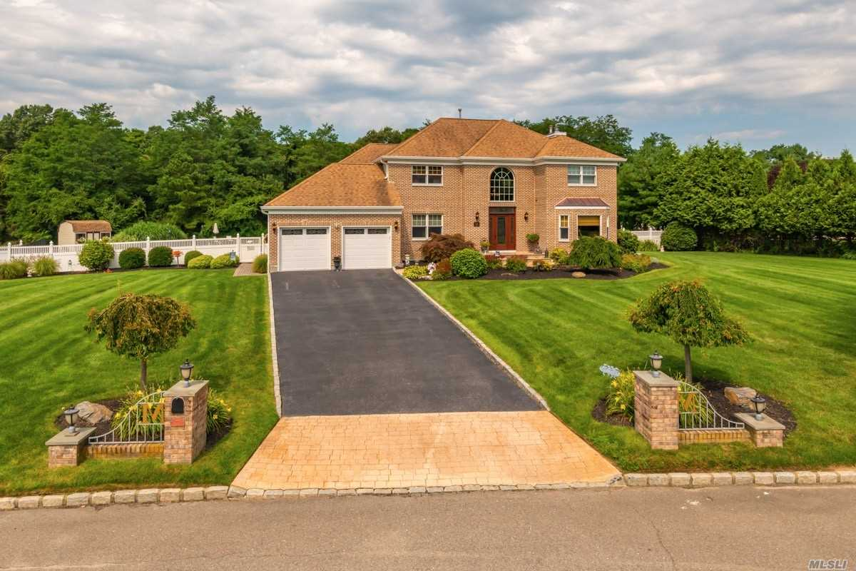 Residential For Sale in 22 Chateau Dr, Manorville, NY ,11949