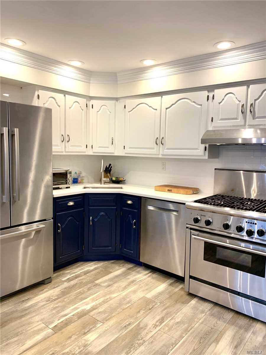 Residential For Sale in 28 Oak Point S Dr, Bayville, NY ,11709