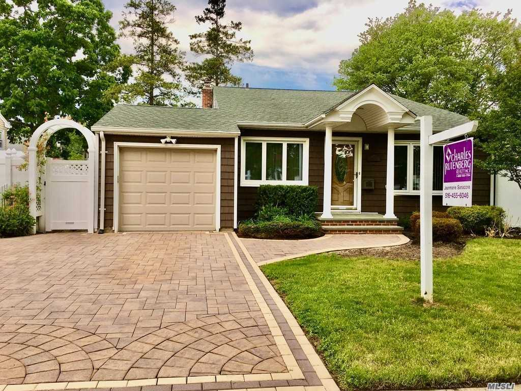 Residential For Sale in 207 Wisconsin Ave N, Massapequa, NY ,11758