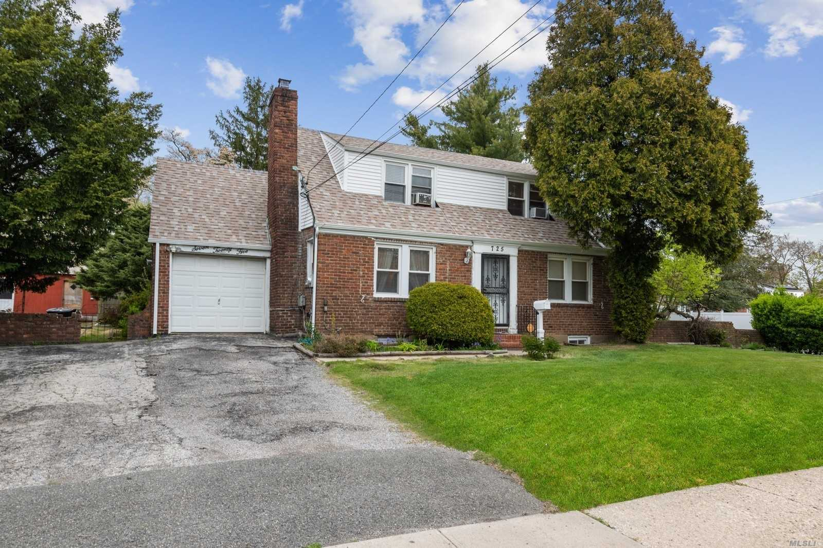 Residential For Sale in 725 Goodrich St, Uniondale, NY ,11553