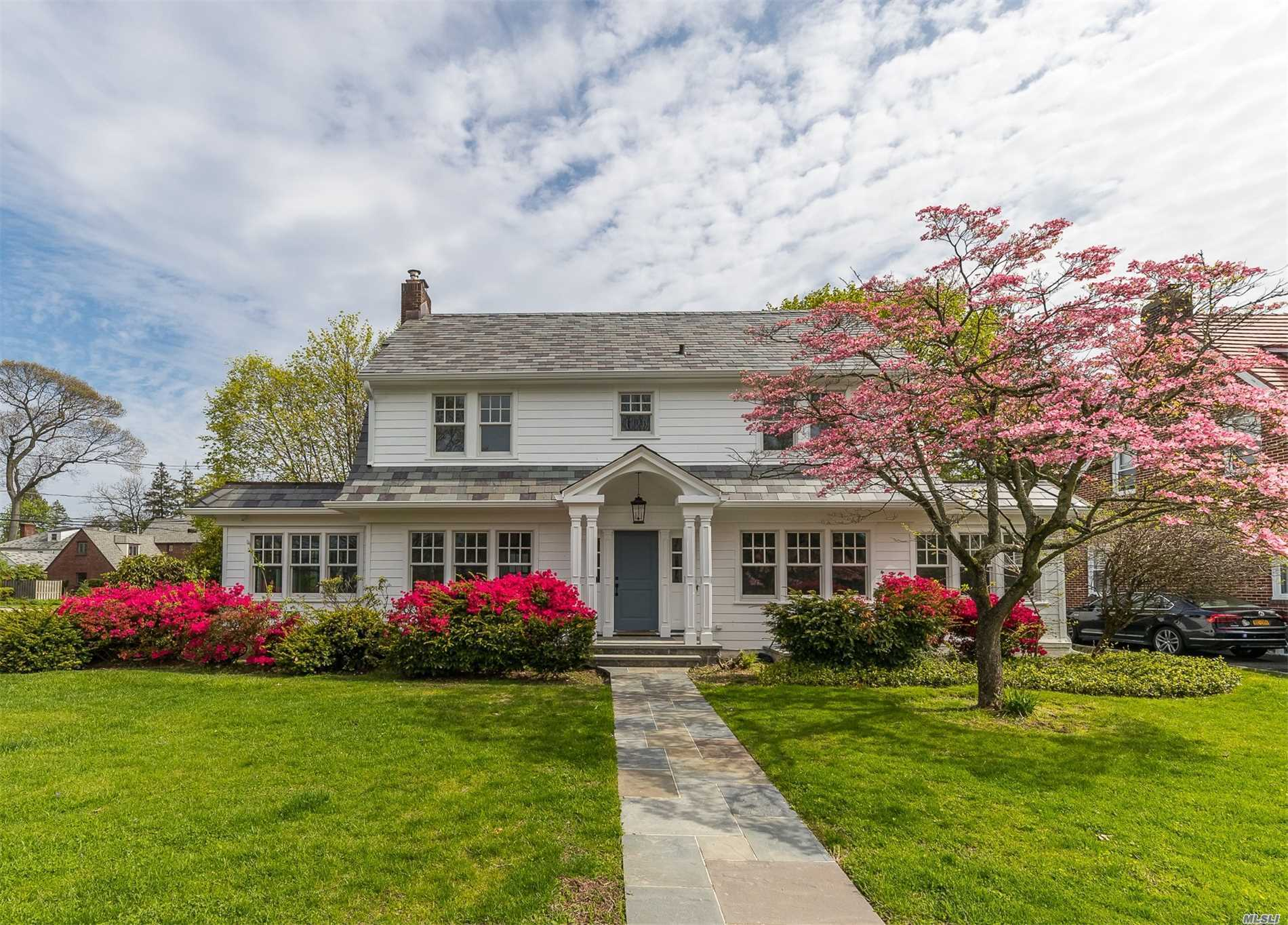 Residential For Sale in 31 Oxford Rd, Rockville Centre, NY ,11570
