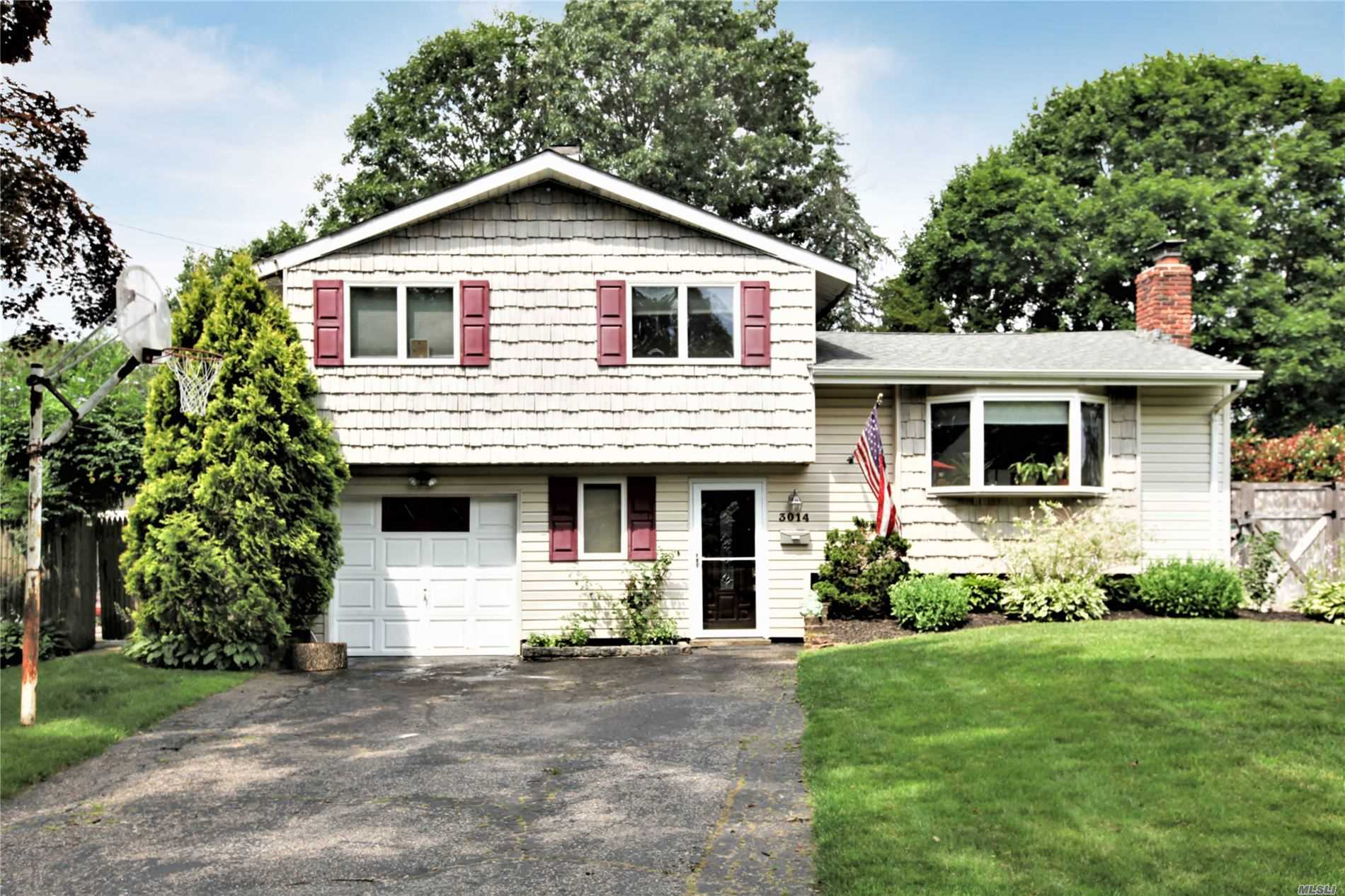 Residential For Sale in 3014 Newport Ave, Medford, NY ,11763