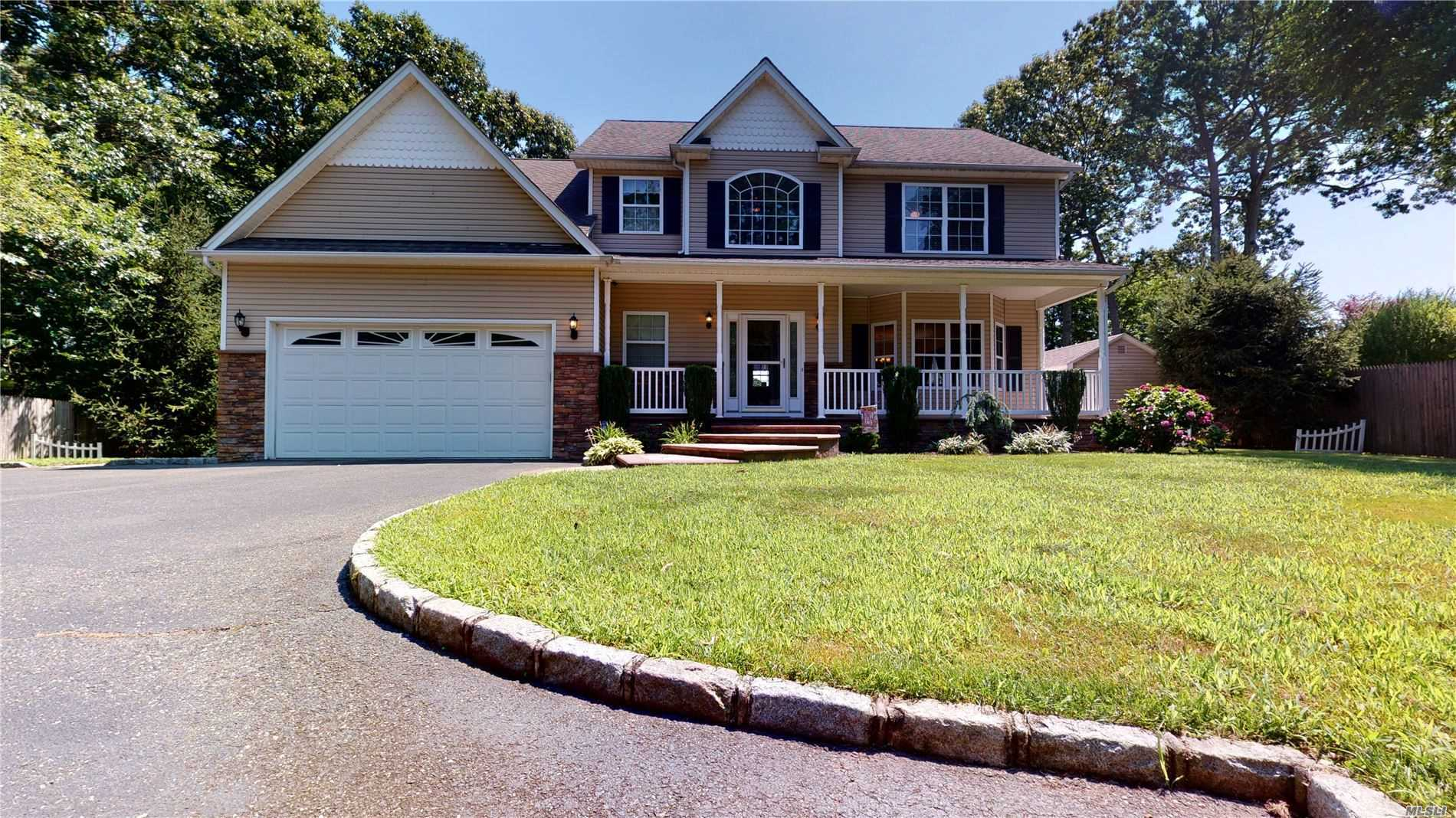Residential For Sale in 118 Smith Ln, Ronkonkoma, NY ,11779
