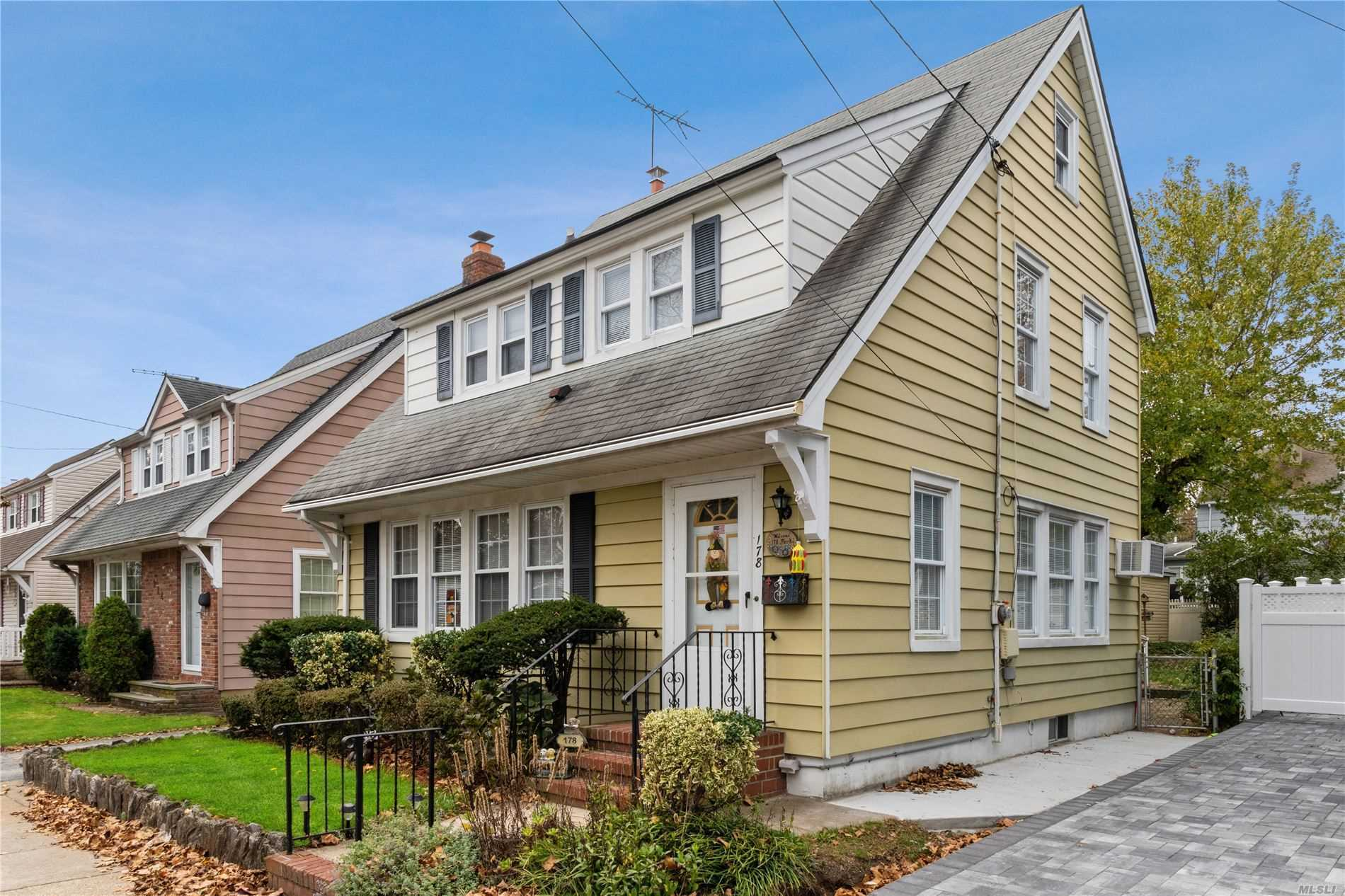 Residential For Sale in 178 Park Avenue, Williston Park, NY ,11596