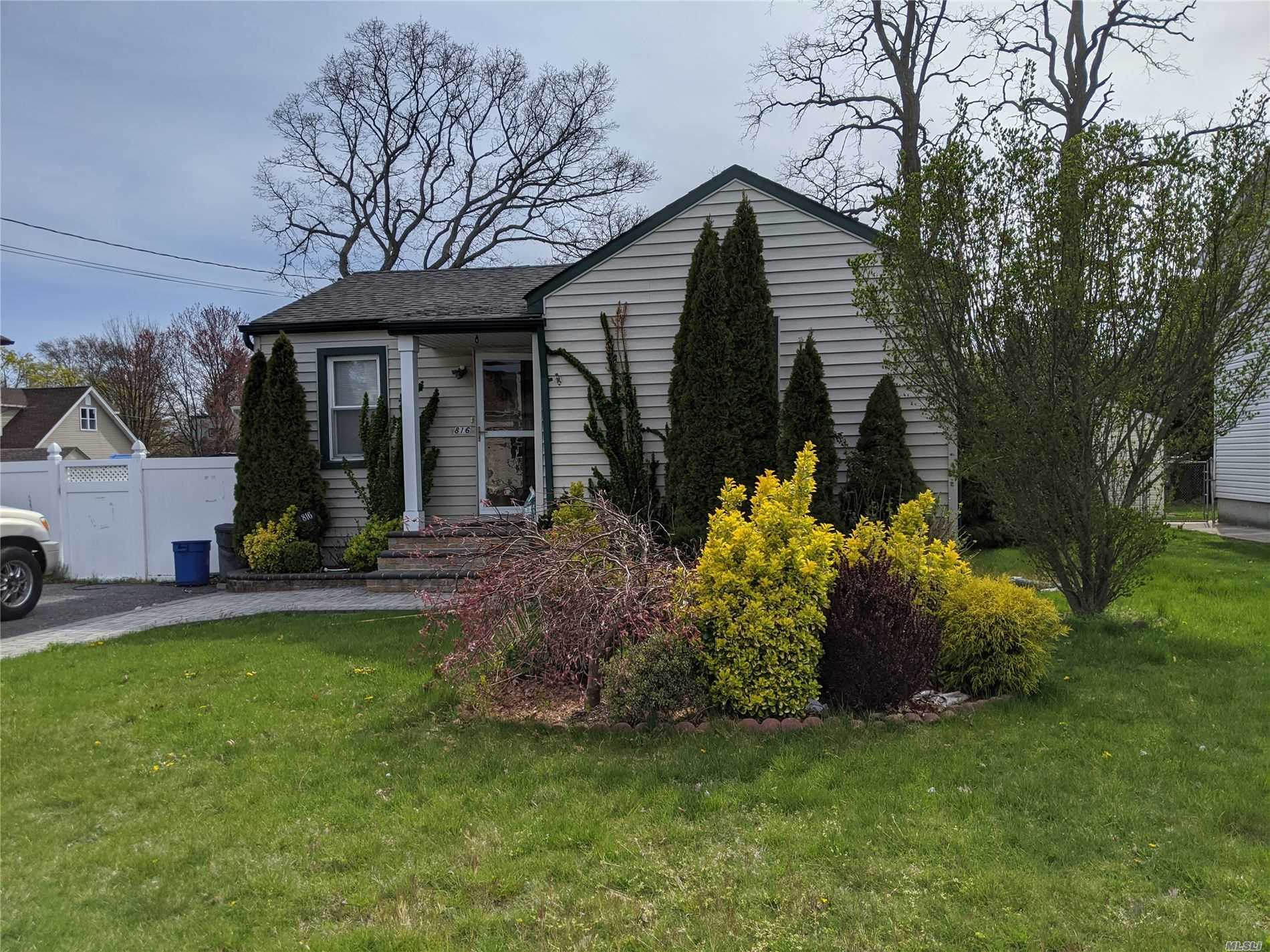 Residential For Sale in 816 Broome Ave N, Lindenhurst, NY ,11757
