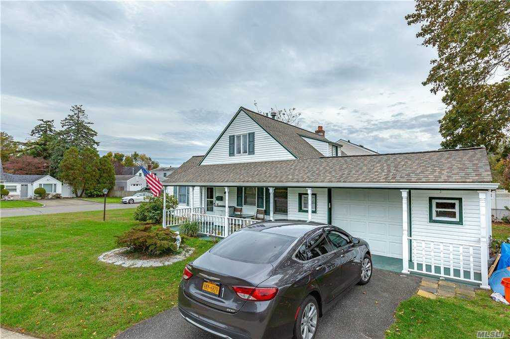 Residential For Sale in 50 Peachtree Lane, Carle Place, NY ,11514