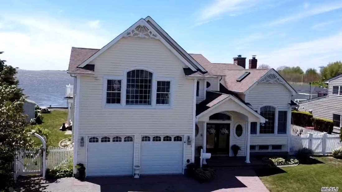 Residential For Sale in 22 Cedar Point Drive, West Islip, NY ,11795