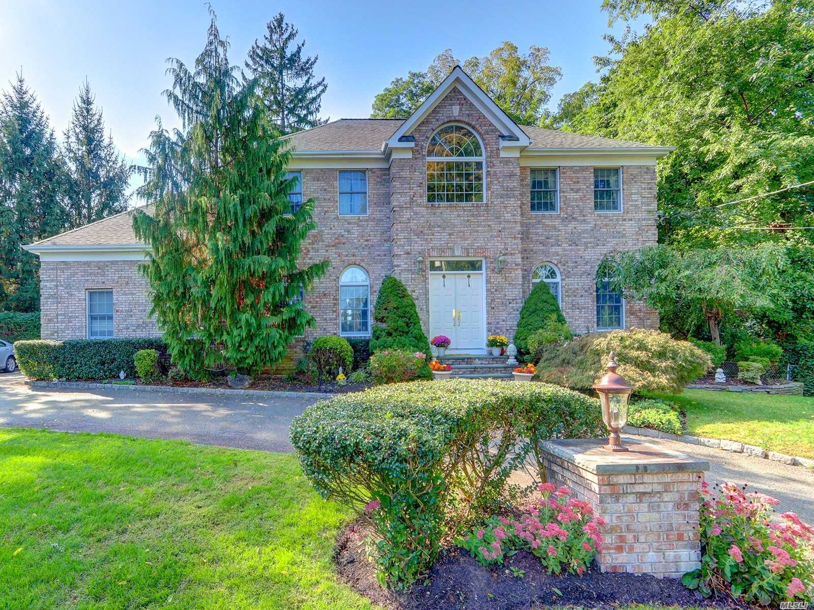 Residential For Sale in 7 Country Lake Court, Centerport, NY ,11721
