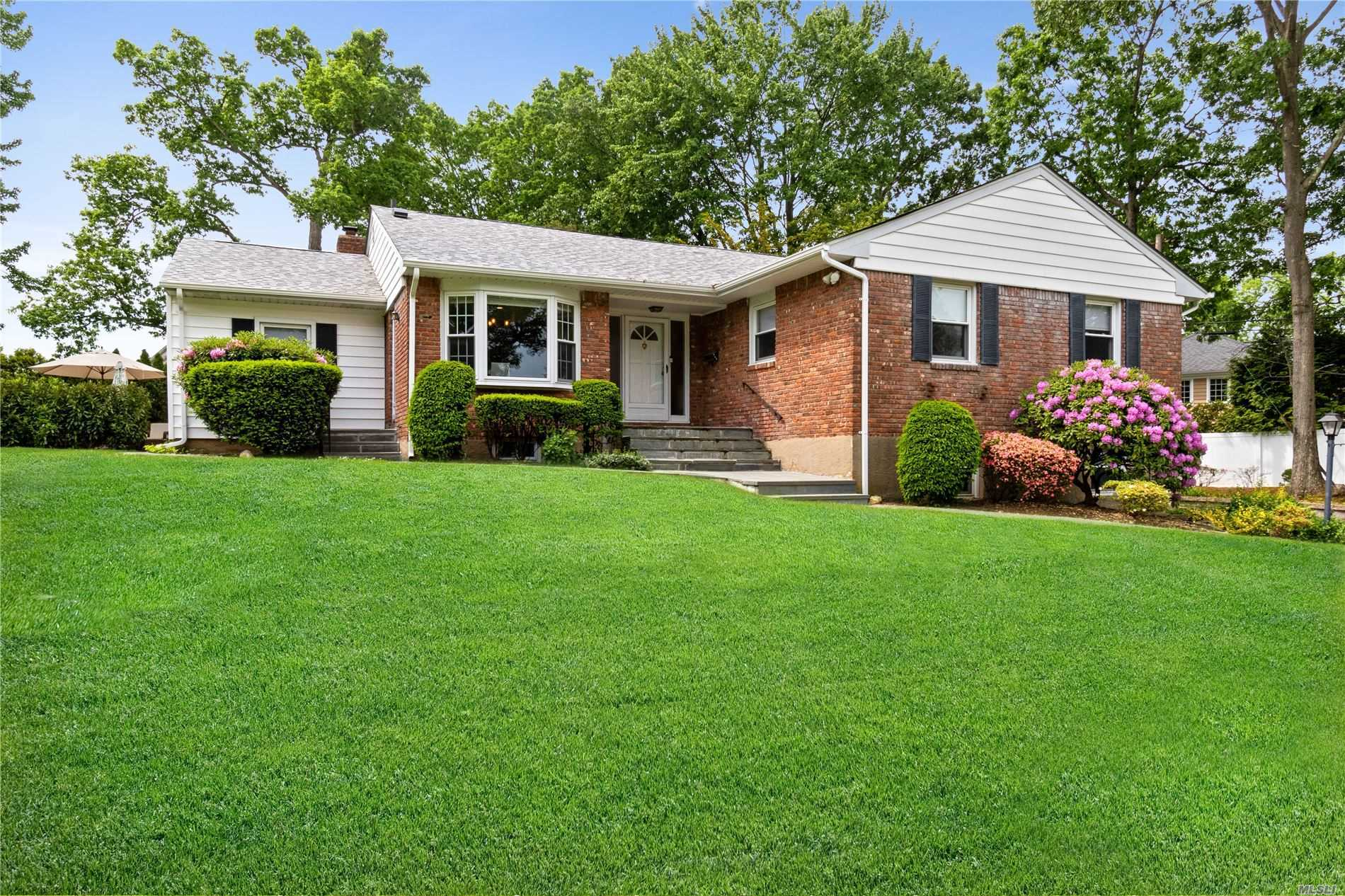Residential For Sale in 253 Peachtree Drive, East Norwich, NY ,11732