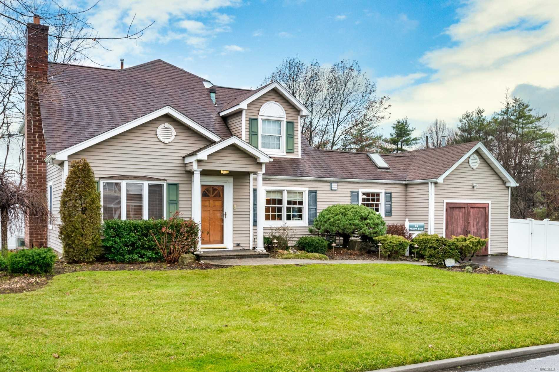 Residential For Sale in 16 Willow Lane, Carle Place, NY ,11514