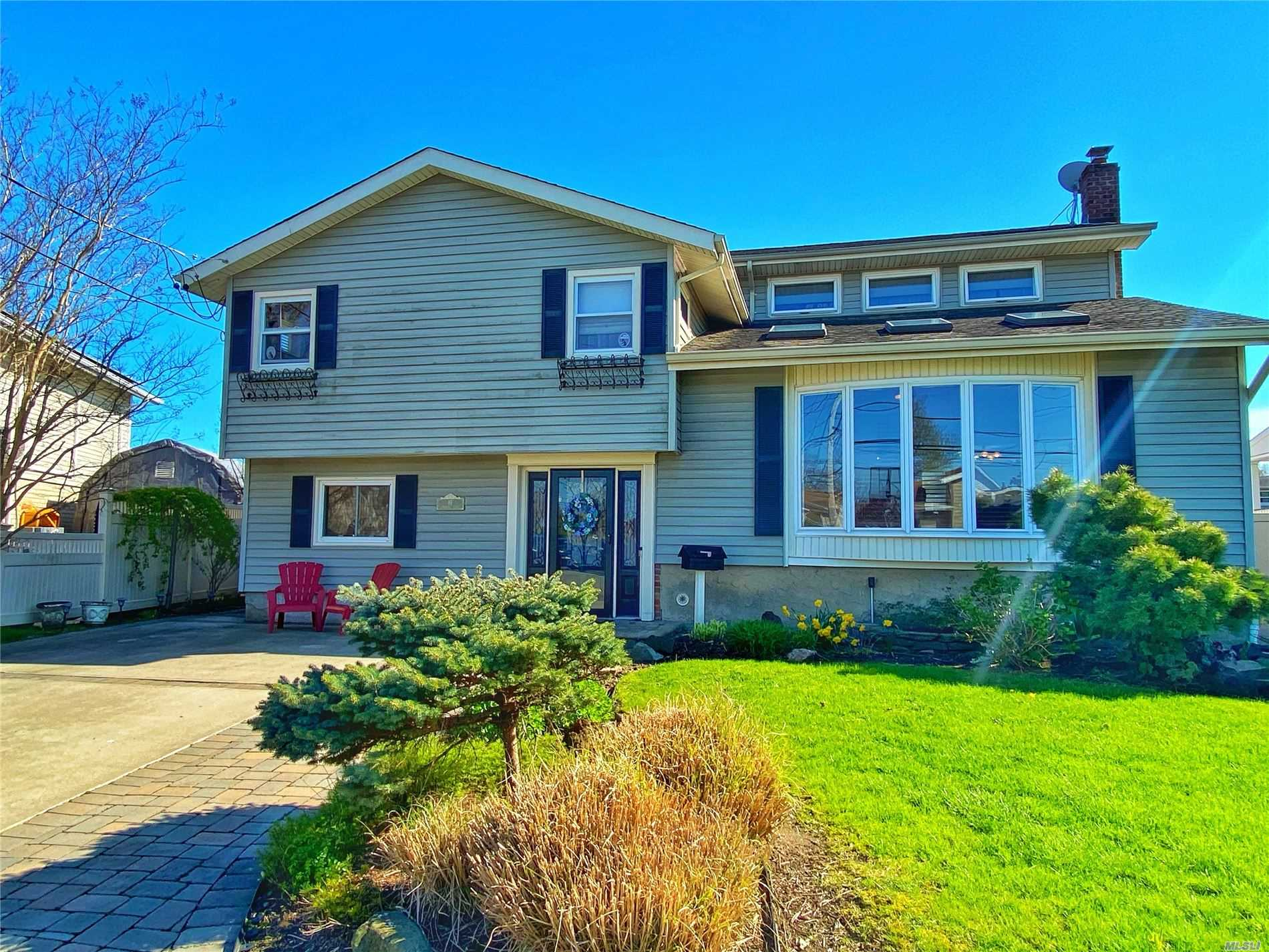 Residential For Sale in 61 Cambridge Ct, E. Rockaway, NY ,11518